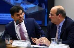 O presidente da comissão, deputado Alexandre Valle (D), disse que a proposta não está pronta para ser votada (Foto: Cleia Viana/Câmara dos Deputados)