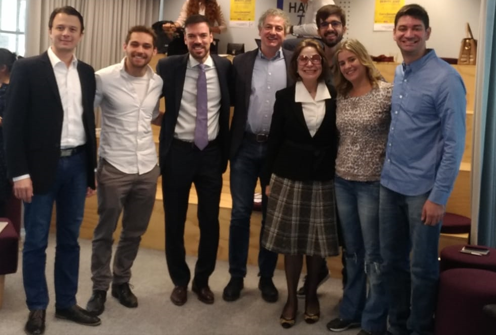 Equipe da BitJá e da Pickcells com diretora da Porto Digital (dir), a embaixadora do Brasil em Haia e empresários locais (Foto: Divulgação)