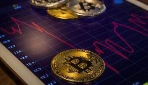 Bitcoin segue em queda após ter atingido máxima anual; criptomoedas acompanham