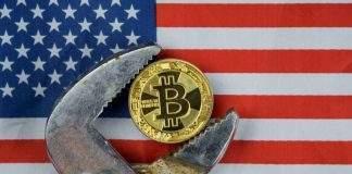 Moeda física do Bitcoin sendo esmagada por uma chave-de-fendas