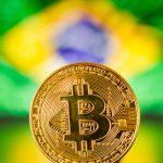 Moeda de Bitcoin com bandeira do brasil de fundo