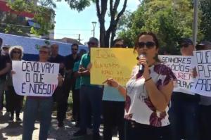 """Clientes da Indeal protestam na sede da empresa em Novo Hamburgo: """"Devolvam o que é nosso"""""""