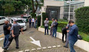 Investidores e policiais em frente ao prédio onde está a nova sede da Atlas (Foto: Portal do Bitcoin)