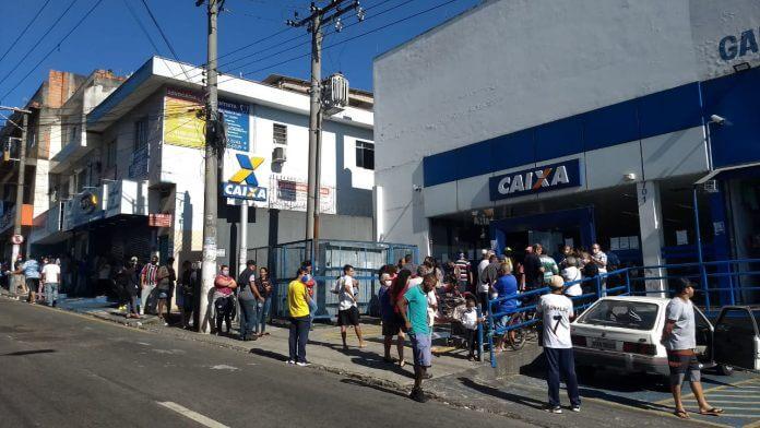 Enorme fila para receber auxílio emergencial na Caixa