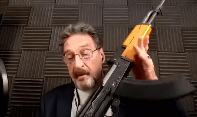 John McAfee e sua Ak-47 durante evento virtual sobre Blockchain (Foto: Reprodução/Youtube)
